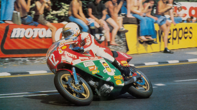 Hailwood at Braddan Bridge in victorious 1978 TT ride.png